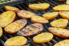 Картошки, и мясо зажарили в духовке на гриле BBQ протыкальников Стоковое Изображение
