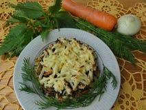 Картошки и овощи крапивы сотейника стоковые изображения rf