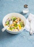 Картошки и салат вареного яйца с шлихтой оливкового масла и мустарда Сухой завтрак в ложке Стоковые Изображения RF