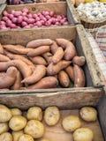 Картошки и чеснок для продажи стоковые фото