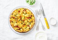 Картошки и tortilla на светлой предпосылке, взгляд сверху овощей Картошки, зеленые фасоли, болгарские перцы, зеленые горохи, сыр, Стоковое Фото