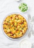Картошки и tortilla на светлой предпосылке, взгляд сверху овощей Картошки, зеленые фасоли, болгарские перцы, зеленые горохи, сыр, Стоковые Изображения