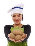 Картошки кашевара молодой дамы предлагая Стоковое фото RF