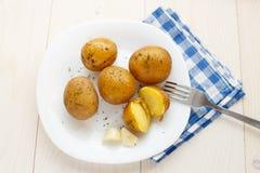 Картошки кипеть детенышами с укропом стоковая фотография
