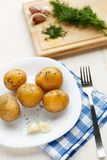 Картошки кипеть детенышами с укропом стоковое изображение rf