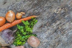 Картошки, моркови, луки, петрушка, свеклы сырцовые на деревенском backgrou Стоковое Изображение