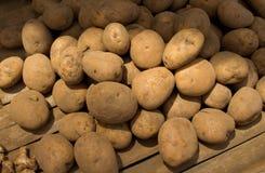 Картошки на деревянной таблице Предпосылка сырцовой картошки Овощи на дисплее ` s рынка Стоковое Изображение RF