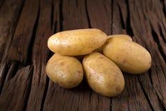 Картошки на деревянной таблице Селективный фокус Стоковая Фотография