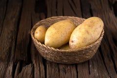 Картошки на деревянной таблице Селективный фокус Стоковые Фотографии RF