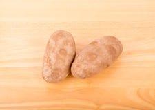 2 картошки на деревянной таблице Стоковое фото RF