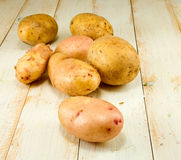 Картошки на деревянной таблице Стоковые Изображения RF
