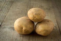 Картошки на деревянной таблице Стоковое фото RF