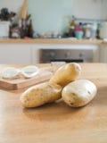 Картошки на деревянной таблице Стоковые Изображения