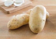 Картошки на деревянной таблице Стоковые Фотографии RF