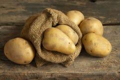 Картошки на деревянной таблице Стоковая Фотография