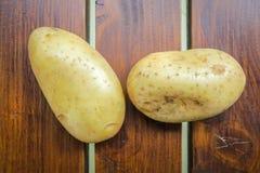 2 картошки на деревянной таблице Стоковая Фотография