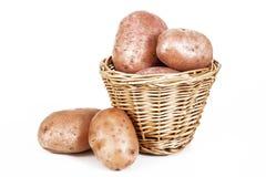 Картошки картошки на корзине на изолированной белой предпосылке студии Путь клиппирования Определите объект на белой предпосылке Стоковое фото RF