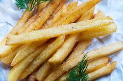 Картошки французских фраев с sprigs укропа на белом листе Стоковое Фото