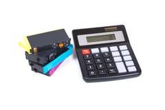 картриджи для принтера и калькулятор цвета Двигател-чернил Стоковые Фотографии RF