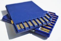 2 карты памяти & x28; Карточка SD - безопасное card& x29 цифров; использованный в видеокамерах и компьютерах в голубом цвете Стоковое Фото