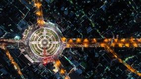 Карусель дороги вида с воздуха, скоростная дорога с сериями автомобиля в cit Стоковые Фото