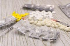Карцинома - диагноз написанный на белом куске бумаги Шприц и вакцина с лекарствами стоковые изображения