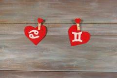 Карцинома и близнецы знаки зодиака и сердца Деревянное backgrou стоковая фотография