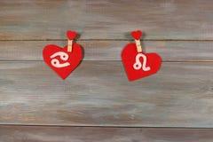 Карцинома и лев знаки зодиака и сердца Деревянное backgro стоковое изображение