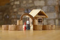 Карлики на деревянном доме стоковая фотография rf