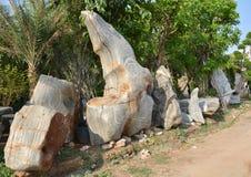Карлик и камень стоковые изображения