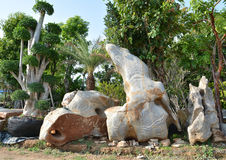 Карлик и камень стоковые изображения rf