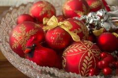 Кардинальное украшение и декоративные шарики рождества, от стороны Стоковые Изображения