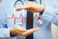Кардиолог защищает с линией бита сердца руки стоковое фото