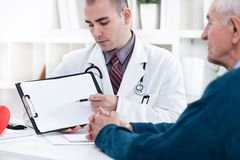 Кардиолог показывая результаты EKG стоковые изображения rf