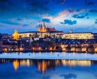 Карлов мост и замок Праги в сумерк Стоковая Фотография