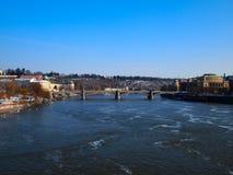 Карлов мост и река в утре, Прага Влтавы, чехия Стоковые Изображения RF