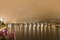Карлов мост и другие исторические здания на ноче, Прага, чехия Стоковое фото RF