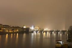 Карлов мост и другие исторические здания на ноче, Прага, чехия Стоковые Фотографии RF