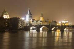 Карлов мост и другие исторические здания на ноче, Прага, чехия Стоковые Изображения