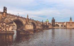 Карлов мост и старая башня моста городка, Прага, чехия Стоковые Фотографии RF