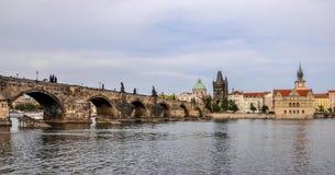 Карлов мост и старая башня моста городка, Прага, чехия Стоковое фото RF