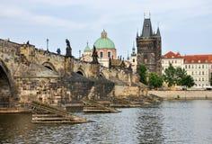 Карлов мост и старая башня моста городка, Прага, чехия Стоковые Изображения