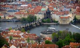Карлов мост и старая башня моста городка, Прага Стоковая Фотография