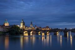 Карлов мост и старые здания в Праге на ноче Стоковое Фото
