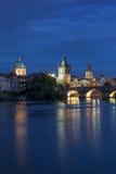 Карлов мост и старые здания в Праге на ноче Стоковые Изображения