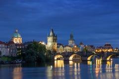 Карлов мост и старые здания в Праге на ноче Стоковые Фото