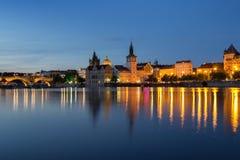 Карлов мост и старые здания в Праге на ноче Стоковая Фотография