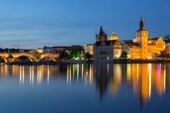 Карлов мост и старые здания в Праге на ноче Стоковые Изображения RF