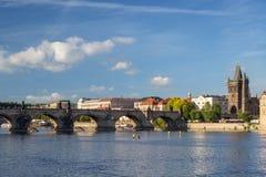 Карлов мост и старые здания в Праге Стоковая Фотография RF