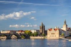 Карлов мост и старые здания в Праге Стоковое Фото